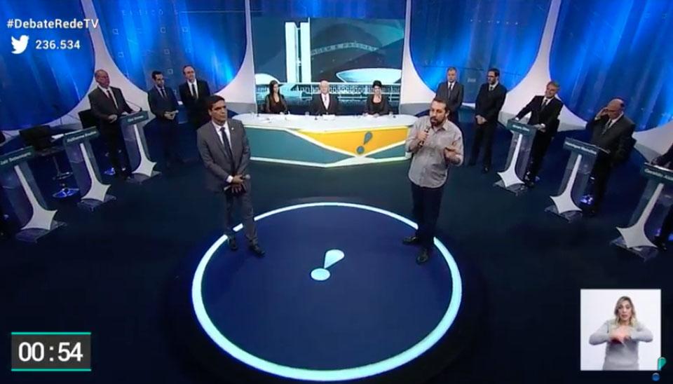 Ainda no primeiro bloco do debate, os candidatos foram questionados pela população. Cada um teve 30 segundos para a resposta