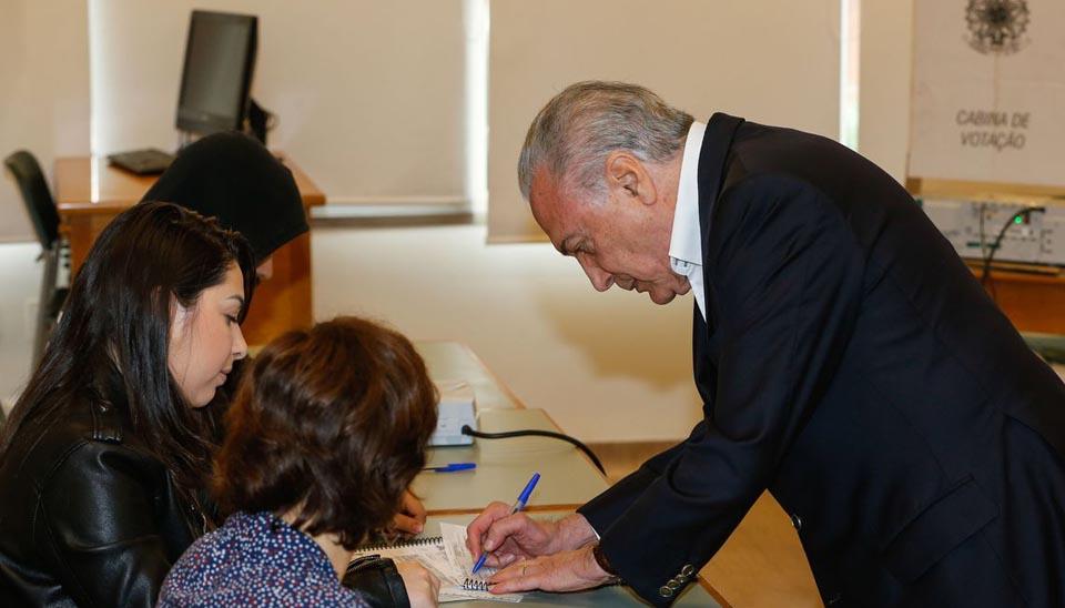 Presidente Michel Temer vota em São Paulo e diz que transição começa na segunda-feira (29)