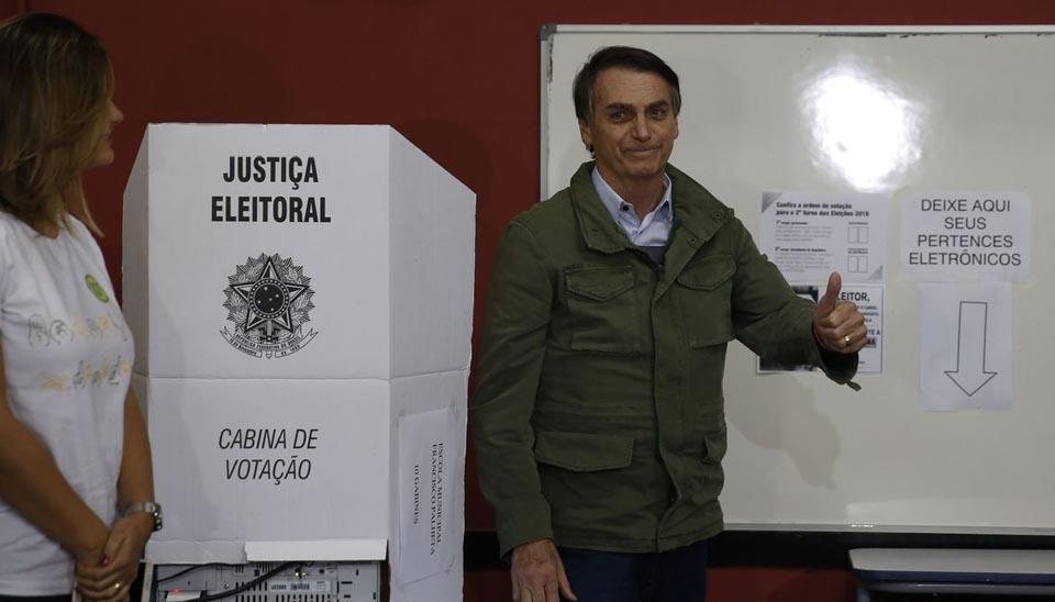 Candidato à Presidência Jair Bolsonaro (PSL) vota no RJ acompanhado de agentes da PF e da mulher