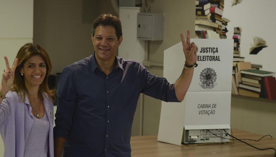 Candidato à Presidência Fernando Haddad (PT) vota em acompanhado da mulher