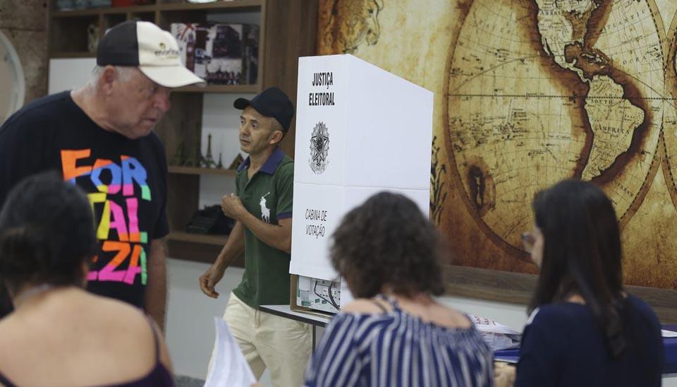 Eleitores de 13 estados e do Distrito Federal vão às urnas