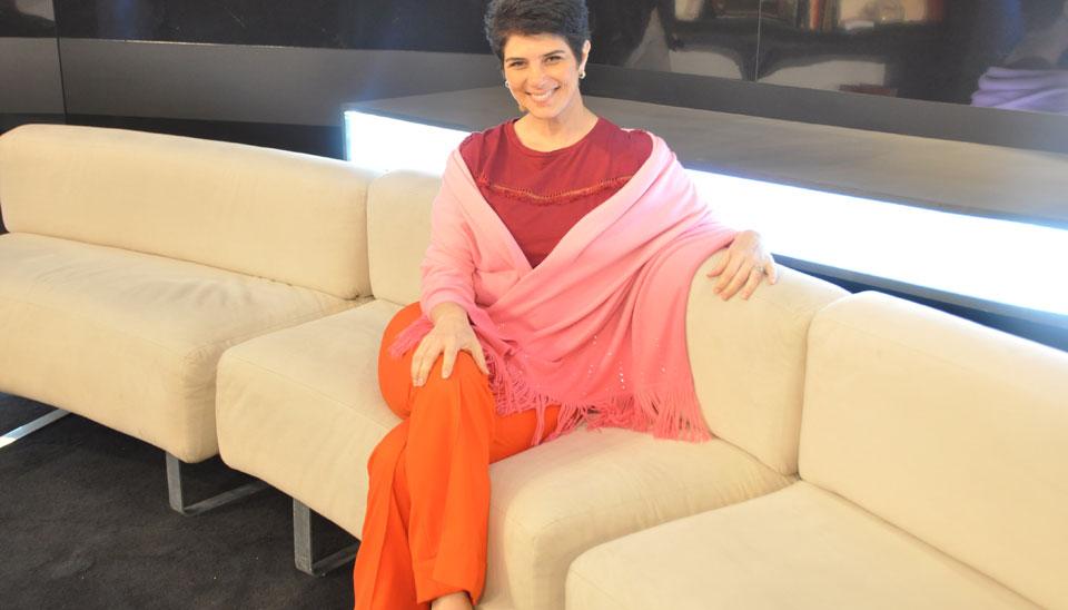 No palco, Mariana recebe seus entrevistados em um sofá que pertenceu a Hebe Camargo, em uma homenagem à apresentadora