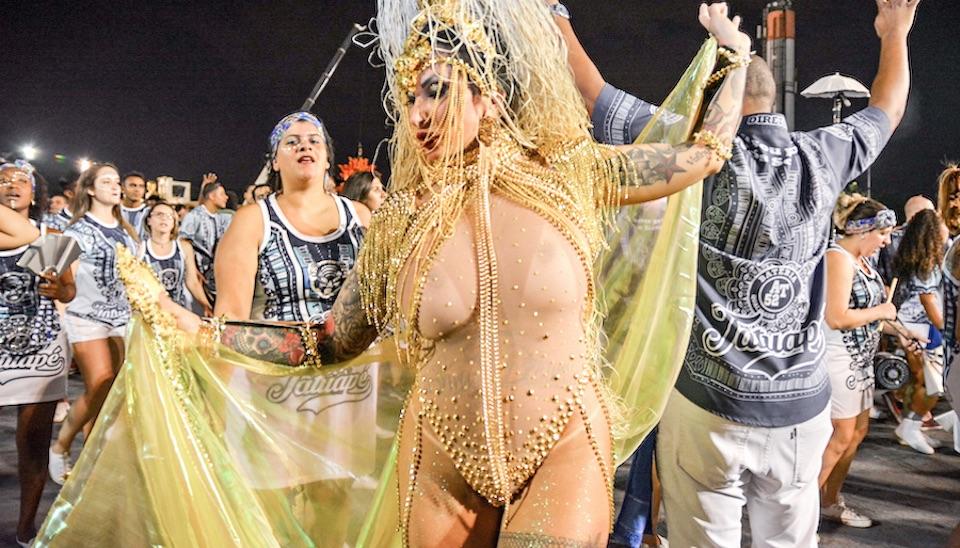 Sabrina Boing Boing deixou os seios à mostra ao usar maiô feito com fios de ouro e avaliado em R$ 30 mil em ensaio da Acadêmicos do Tatuapé