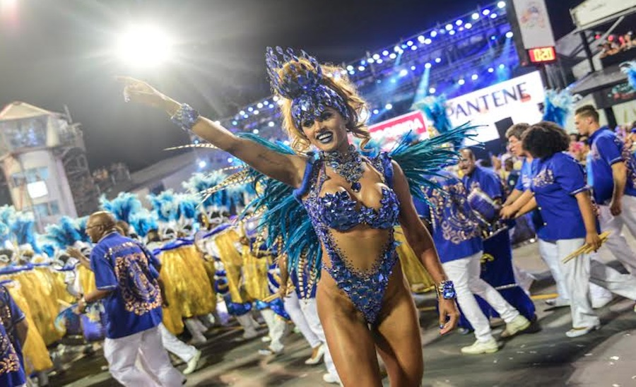 Miss Bumbum Rosie Oliveira desfila pela Acadêmicos do Tatuapé na primeira noite de desfiles das escolas de samba de São Paulo
