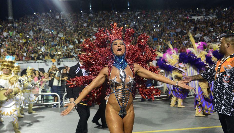 Sabrina Sato desfila pela Gaviões da Fiel, na segunda noite das escolas de samba de SP