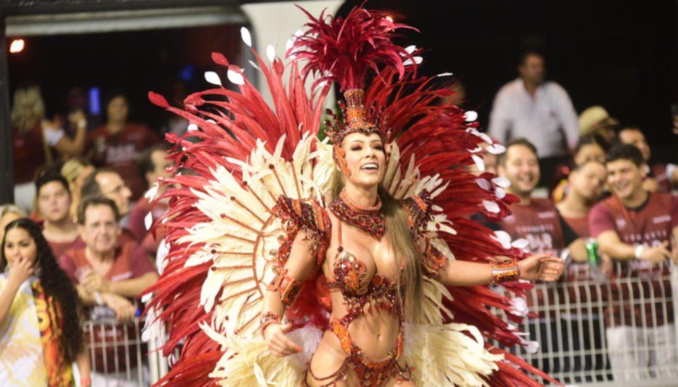 Wendy Tavares, musa da X-9, na segunda noite de desfiles em SP