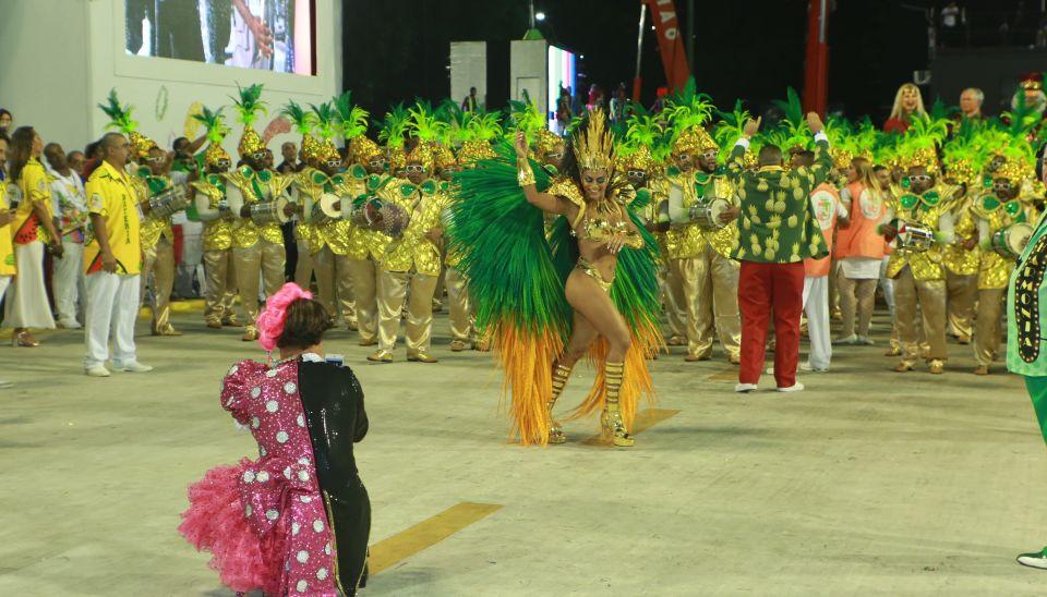 Juliana Paes, rainha de bateria da Grande Rio, durante 1ª noite de desfiles na Sapucaí