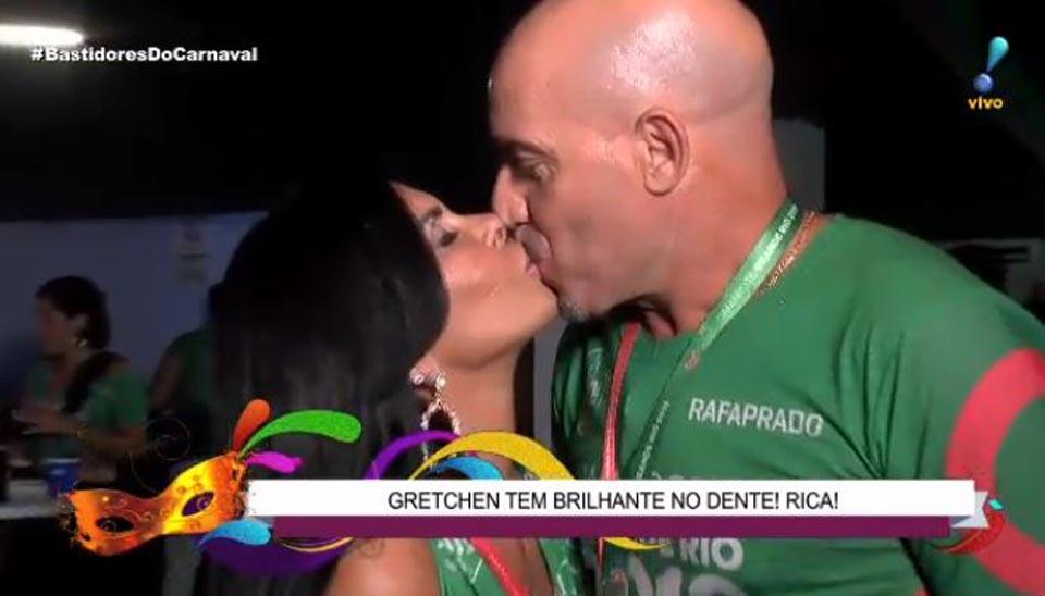 """Casada com o empresário português Carlos Marques, a eterna """"rainha do bumbum"""" também foi flagrada durante os 'Bastidores do Carnaval'"""