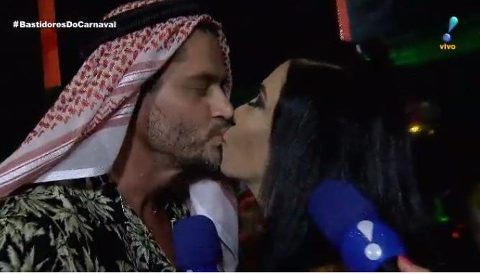 Vestido à caráter, Harter encarnou o 'sheik árabe' ao receber um beijo da ex-dançarina Denize Taccto