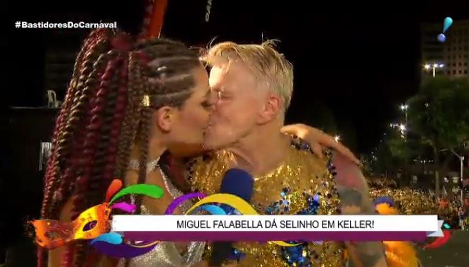 """Repórter do """"Bastidores do Carnaval"""",  Laura Keller ganhou um selinho de Miguel Falabella"""