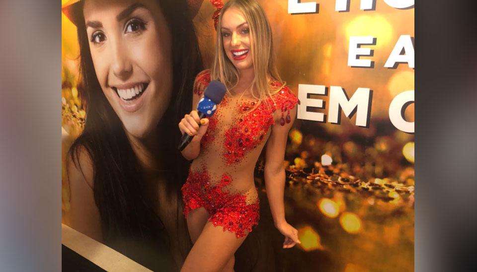 No domingo (11), a loira ex-Fazenda roubou a cena na Sapucaí com um vestido vermelho transparente