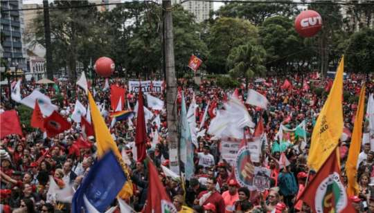 Grupo pró-Lula reunido em Curitiba - Foto: Twitter/Midia Ninja