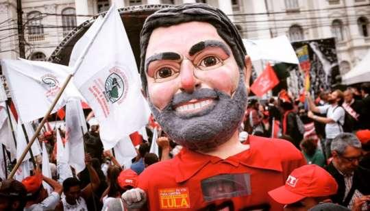 Estátua Lula levada por manifestantes em apoio ao ex-presidente - Foto: Twitter/Midia Ninja