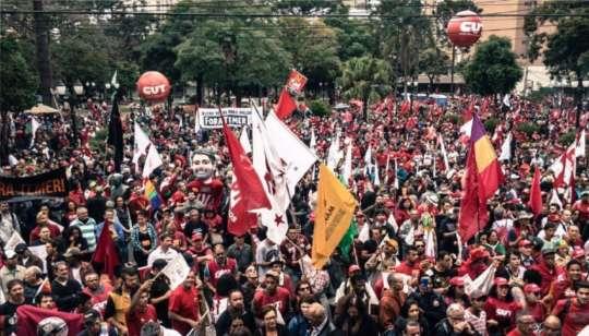 Manifestantes pró-Lula reunidos na capital paranense - Foto: Twitter/Jornalistas Livres