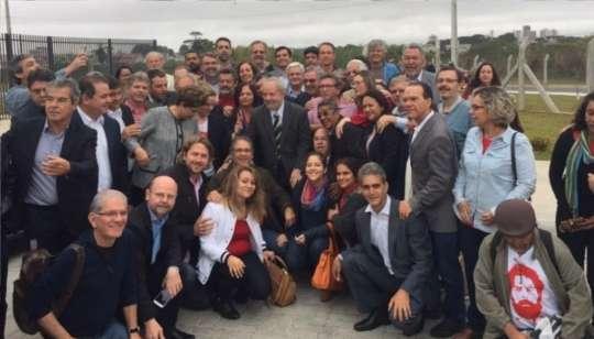 Dilma e Lula posam para foto durante chegada em Curitiba - Foto: Twitter/Jose Mentor