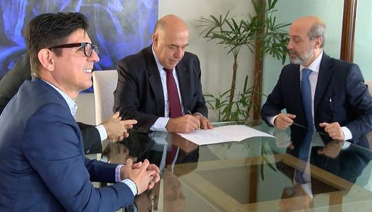 O presidente da emissora, Amilcare Dallevo Júnior, se reuniu pela manhã com Márcio Novaes, diretor da Abratel, para a assinatura do contrato.