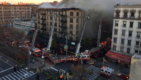 """De acordo com a emissora """"ABC7"""", mais de 170 bombeiros combateram o fogo no local que fica perto da Broadway"""