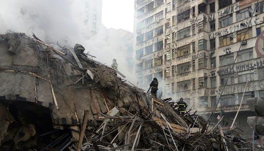 Bombeiros trabalham em meio aos escombros do prédio durante a manhã desta terça-feira (1º)