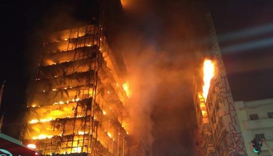Chamas tomam conta do prédio durante a madrugada desta terça