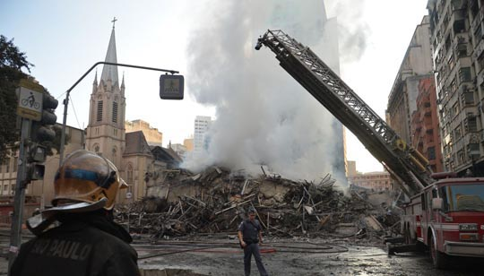 Escombros após o incêndio seguido de desabamento nesta terça-feira