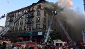 Fotos mostram incêndio que atingiu prédio em Nova York
