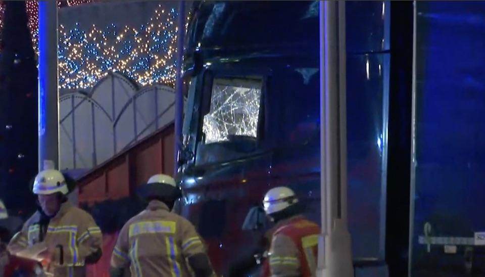 Um caminhão invadiu um mercado lotado em Berlim e levantou suspeitas de um ataque terrorista na segunda-feira (19)