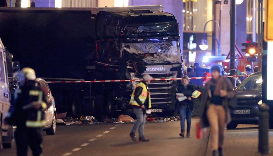 Ainda está sendo investigado o motivo do caminhão ter avançado contra o local. Suspeita-se que o veículo tenha sido roubado na Polônia em um local de construção