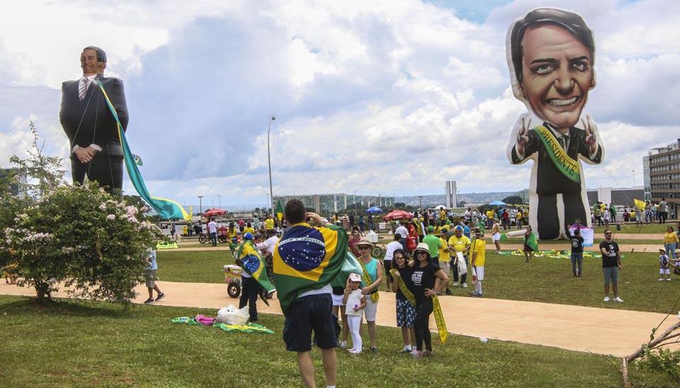 Boneco gigante de Bolsonaro foi colocado no Eixo Monumental próximo à Rodoviária de Brasília, por onde a população terá acesso para acompanhar a posse na Praça dos três Poderes.