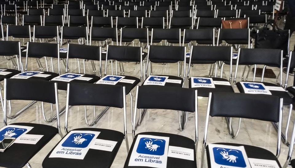 Filas de cadeiras estão organizadas para posse presidencial no Salão Nobre do Palácio do Planalto