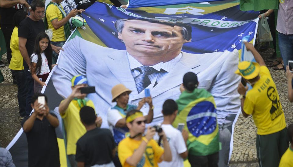 Populares na Praça dos Três Poderes aguardam a posse de Bolsonaro