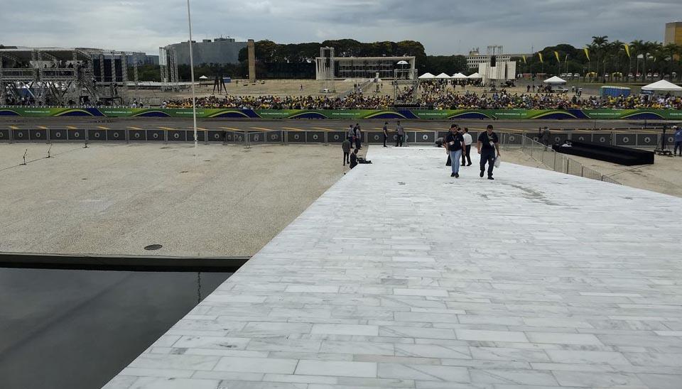 Vista de Populares da rampa do Palacio do Planalto, aguardando a cerimônia de posse do Presidente eleito na praça dos três poderes