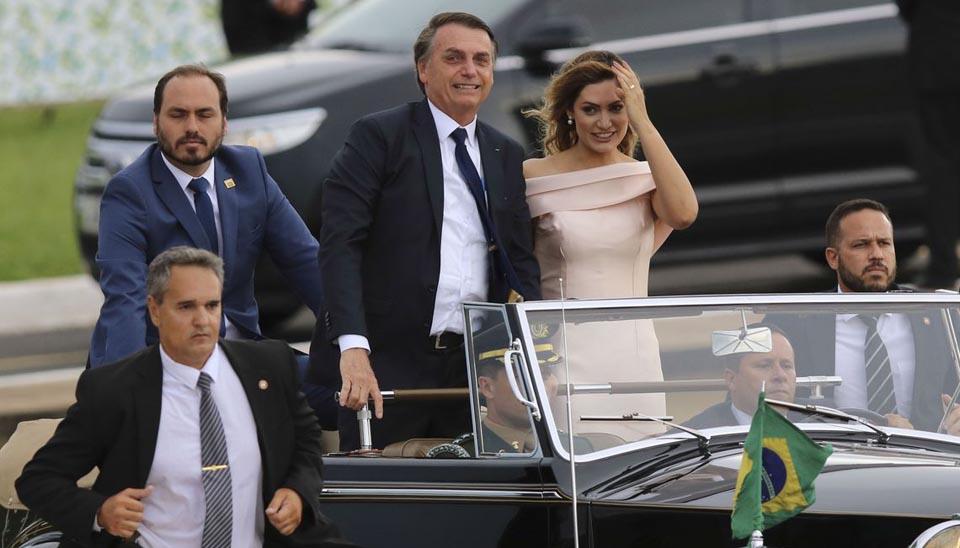 No banco traseiro o filho do presidente, Carlos Bolsonaro, chegou com o casal no carro