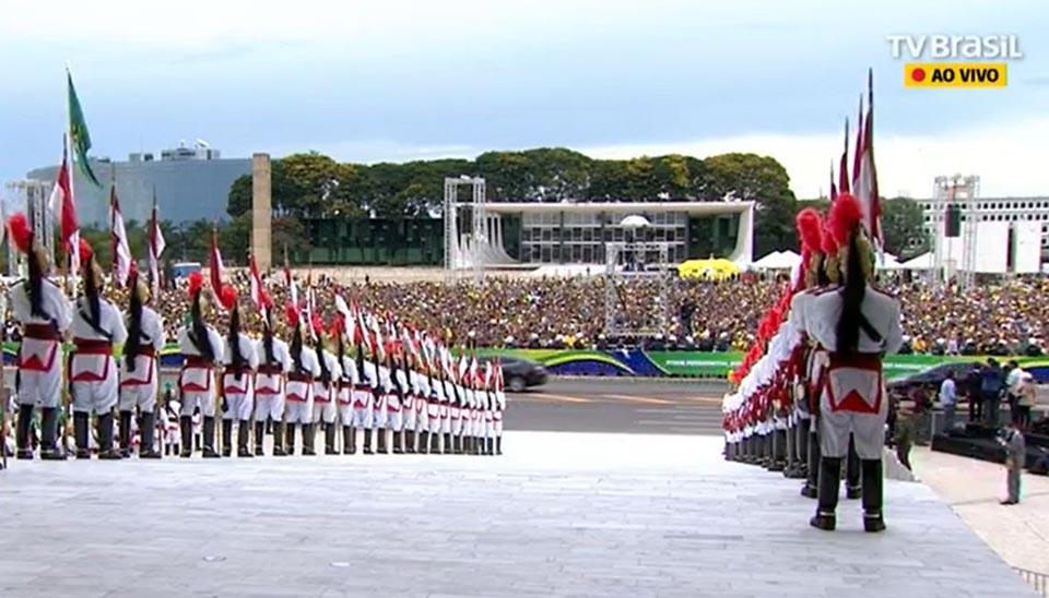 Multidão aguarda o presidente Bolsonaro no Palácio do Planalto
