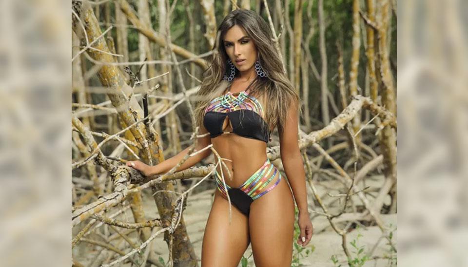 Nicole Bahls fez um ensaio sensual em uma praia do Rio de Janeiro em que mostrou toda a sua boa forma e beleza usando biquínis fio dental