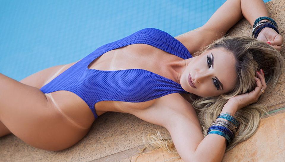 Jordana Guimarães fez um ensaio fotográfico na beira de uma piscina e mostrou suas marquinhas minúsculas de biquíni