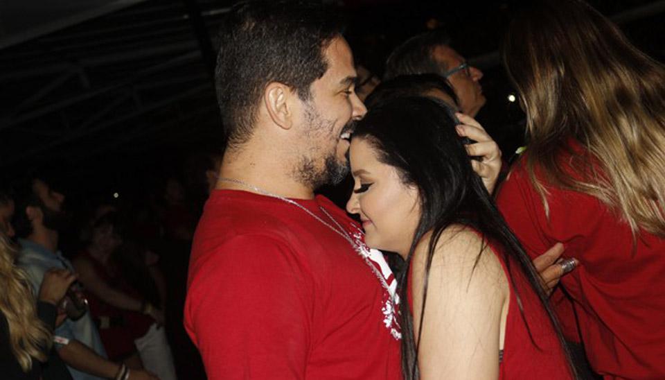 Maraisa, dupla com Maiara, foi assistir ao show da banda U2 em São Paulo muito bem acompanhada. Ao lado do namorado, o empresário Wendell Vieira, a sertaneja foi fotografada aos beijos e no maior clima de romance.