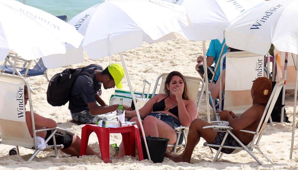 Marília Mendonça foi à praia da Barra da Tijuca, no Rio de Janeiro, para se divertir com amigos. De biquíni e shorts jeans, a cantora sertaneja acabou ficando com a pele queimada de sol