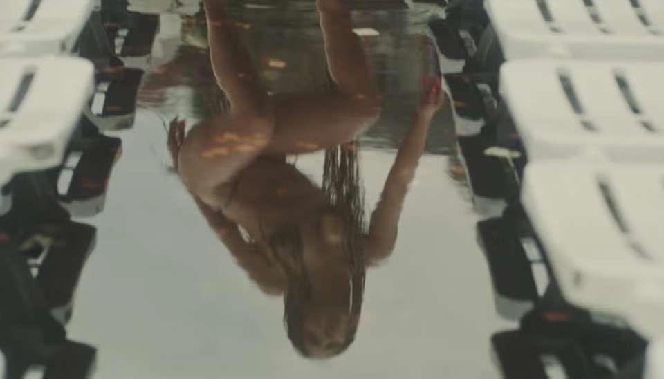 Os produtores também gostaram de explorar a imagem do reflexo de Anitta em uma poça d?água na laje