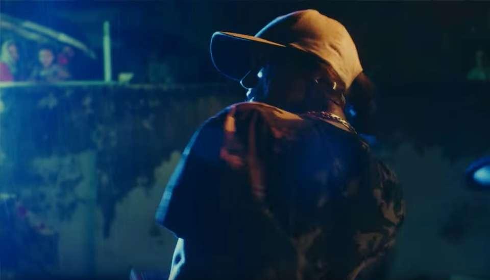 Além do visual inspirado no funk carioca, a cantora também fez uma breve performance de hip hop sob a chuva