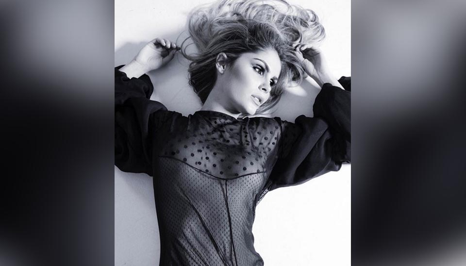 Bárbara Evans divulgou fotos que fez para a revista Vogue em seu Instagram. A modelo, filha de Monique Evans, exibiu o corpo em forma e também os seios sob uma roupa transparente e também de lingerie