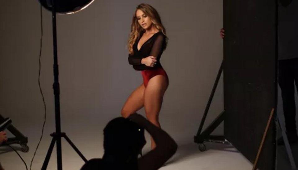 """A atriz Carla Dias posou apenas de lingerie para uma marca e exibiu o corpão que fez sucesso durante a novela """"A Força do Querer"""" com a personagem Carine"""