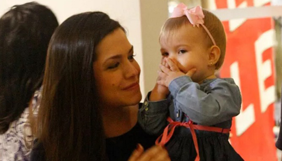 Melinda, filha mais velha de Michel Teló e Thaís Fersoza, roubou a cena em um shopping do Rio de Janeiro ao acenar para os fotógrafos que acompanhavam a família. Com 1 ano e 4 meses, a menina é irmã de Teodoro, de 5 meses