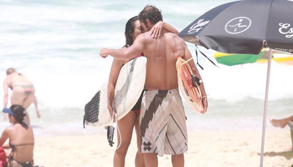 A atriz Daniele Suzuki, de 40 anos, aproveitou a tarde de sol desta quarta-feira (10) para surfar e ficar com o namorado, o ator Fernando Roncato