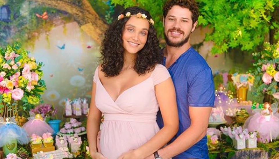 Os atores Débora Nascimento e José Loreto, que estão esperando a primeira filha juntos, realizaram neste domingo (21) o chá de bebê da herdeira, que deve nascer em abril. Famosas como Juliana Alves e Aline Dias foram à festa