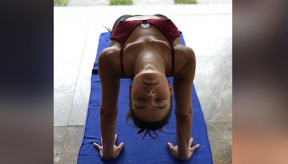 A atriz Isis Valderde impressiona seus milhares de seguidores das redes sociais com fotos de suas posições de ioga.  Sempre concentrada, ela costuma exibir a boa forma em difíceis práticas da modalidade