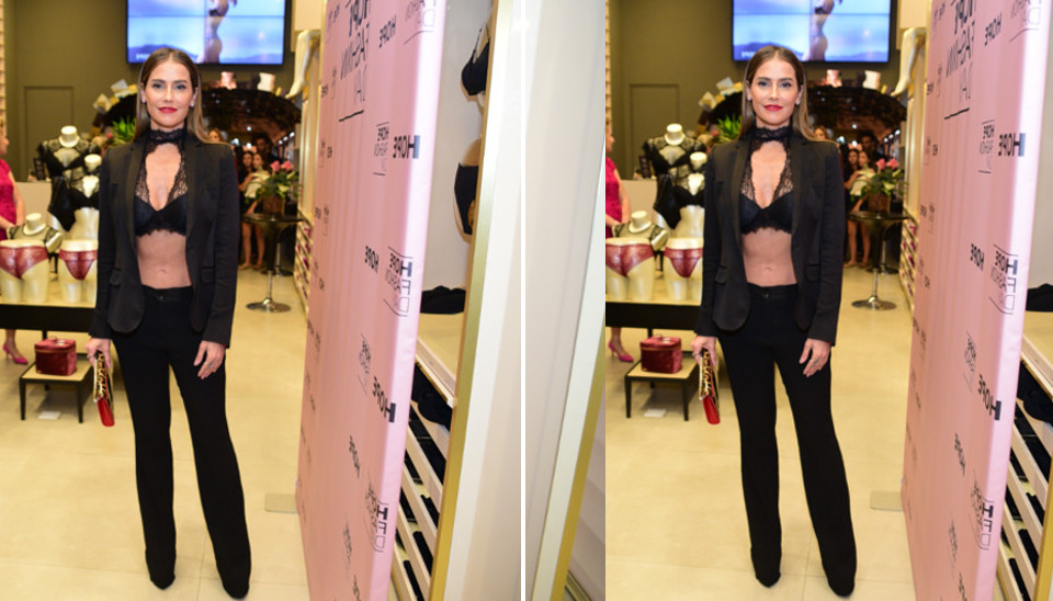 A atriz usou um terninho que deixou a barriga de fora e o sutiã à mostra
