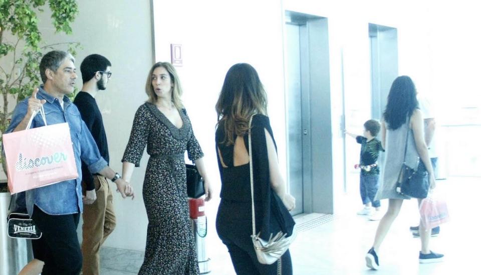 William Bonner curtiu o fim da tarde de domingo (15) com a namorada, Natasha Dantas, e as filhas, Laura e Beatriz, em shopping na zona oeste do Rio de Janeiro