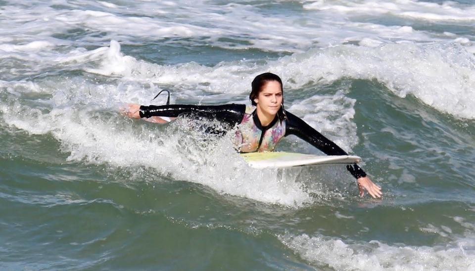 Isabella Santoni foi clicada enquanto mostrava suas habilidades em prancha de surfe na Praia da Macumba, no Rio de Janeiro