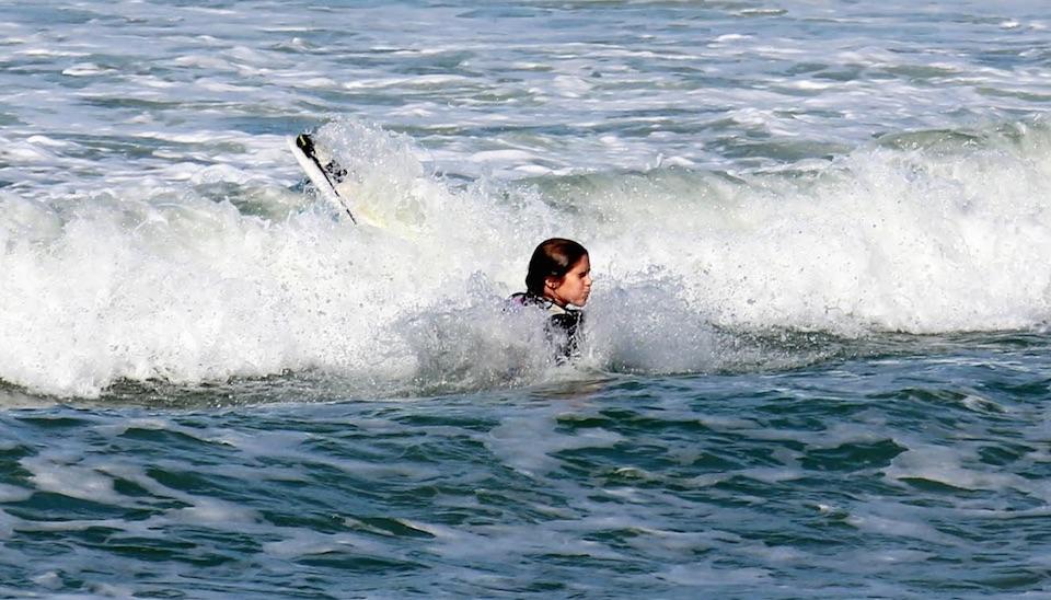 """Isabella Santoni foi clicada """"levando caldo"""" em dia de surfe na Praia da Macumba, no Rio de Janeiro"""