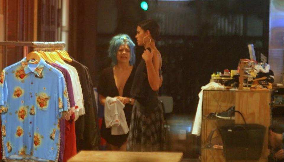 Bruna Marquezine atende fãs ao fazer compras em shopping no RJ